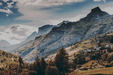 Hermosos colores otoñales en montañas y bosques. Foto de archivo