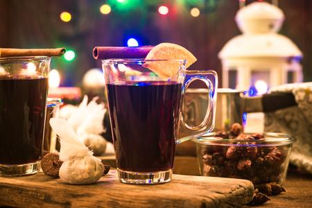 Feestelijk verwarmende glühwein, kerstspullen en -drankjes.