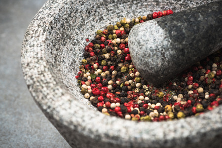 Peppercorn seed in granite mortar or pestle. 版權商用圖片 - 112990269