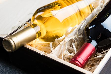 Vista ravvicinata sulle bottiglie di vino in scatola vintage in legno. Archivio Fotografico