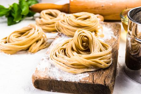 Hacer pasta italiana saludable en casa.