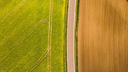 Patrón abstracto en campos de tierras de cultivo en primavera, vista aérea, foto de drone. Foto de archivo