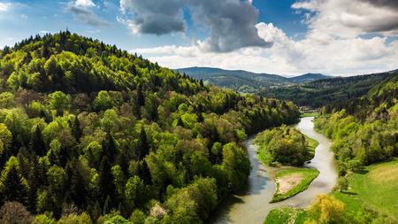 Niesamowity letni dzień krajobraz nad rzeką Poprad w Żegiestowie, Polska. Zdjęcie Seryjne