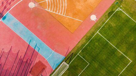 Atletisch stadion en voetbalgrasveld, bovenaanzicht vanuit de lucht Stockfoto