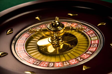 Drehende Roulette-Trommel mit Glückszahlen, Casino-Thema. Standard-Bild