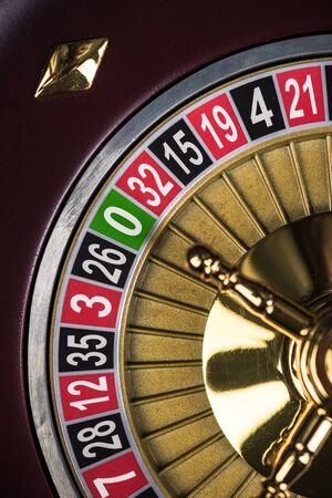 Vista ravvicinata sul tamburo della roulette con numeri fortunati, tema del casinò. Archivio Fotografico