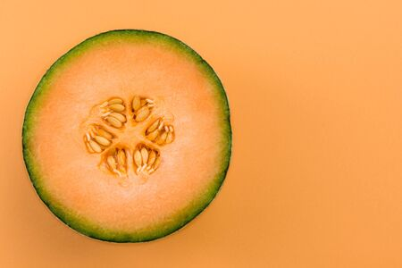 Cantaloupe Orange Melon Sliced in Half on Pastel Background. Standard-Bild