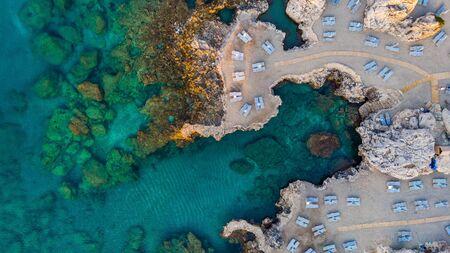 Schöner Strand am blauen Mittelmeer in Griechenland, Luftaufnahme von oben nach unten.