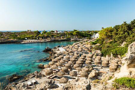 Kallithea Frühling und Strand am türkisfarbenen Meer, sonniger Tag, Rhodos, Griechenland.