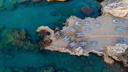 Sun Umbrella and Chairs on Beach At Mediterranean Sea, Drone Top Down View. Stockfoto