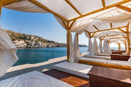Luxuriöser und entspannender Ort am Kalithea Spring Beach, Rhodos, Griechenland.