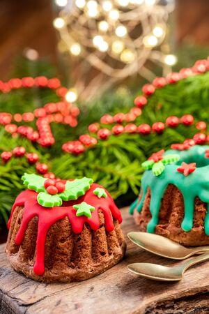 Christmas Pudding Cake in festlicher Dekoration am Weihnachtstisch. Standard-Bild