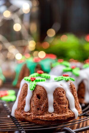 Weihnachtskuchen mit festlichen Zuckerdekorationen am Weihnachtstisch.