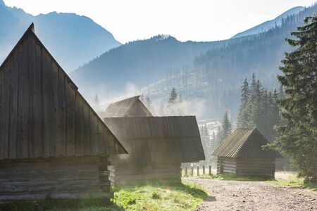 Traditioal Shepherds Hut in Chocholowska Valley at Misty Morning, Poland. Banque d'images