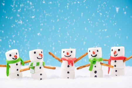 Happy Marshmallow Family Play in Snow. Funny Festive Christmas Card. Фото со стока