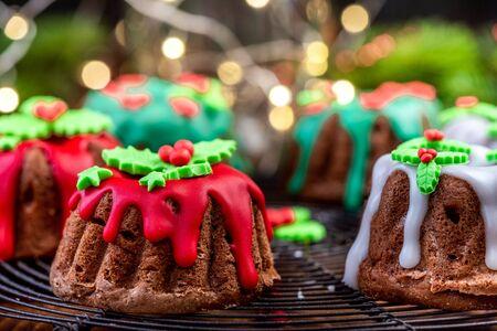 Hausgemachter Weihnachtskuchen verziert mit Zuckerguss auf festlichem Tisch.