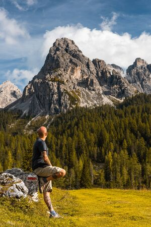 Adventure Man sSitting on Rock after Solo Hiking Dolomites Mountains. Stok Fotoğraf