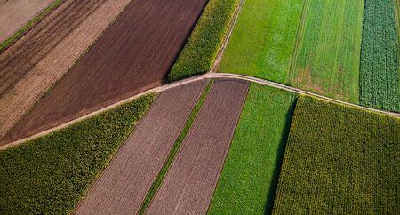 Landwirtschaftliche Felder aus der Luftdrohnenansicht. Buntes Muster.