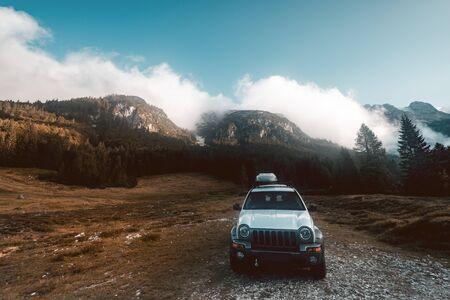 Offroad-Autofahrt. Fahrt in die Wildnis, Wild Camping Adventure. Standard-Bild
