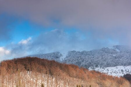 Dramatic and Moody Image of Weather in Mountains at Winter Time. 版權商用圖片