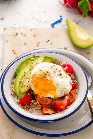 Healthy Breakfast Bowl with Vegetables and Egg. 免版税图像