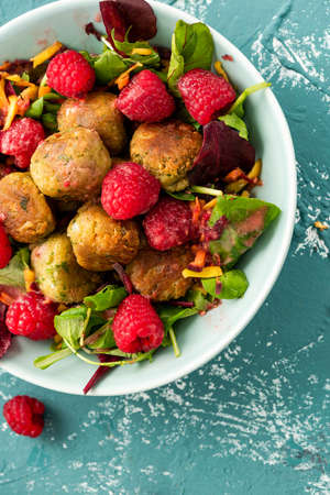 Healthy Falafel with Salad and Fresh Fruits in Colorful Bowl. 免版税图像