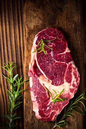 Raw Beef Steak Meat on Wooden Board. 免版税图像