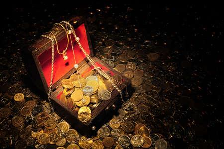 Rozpraszanie monet wokół i wewnątrz trunk z skarb.