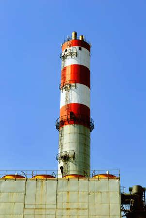 inceneritore: Costruzioni di rifiuti centrale inceneritore nel cielo blu