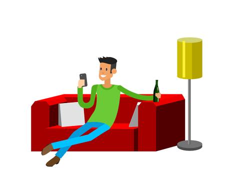 Man rusten thuis. Tot op de sofa. Man tot op de sofa en het drinken van bier. De mens rust thuis en kijken in de smartphone. Man rusten thuis op de bank