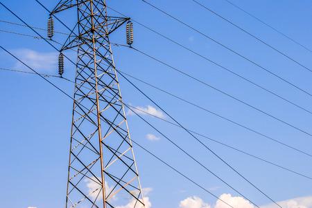 Piloni di energia elettrica in un campo di colza Archivio Fotografico - 46209552