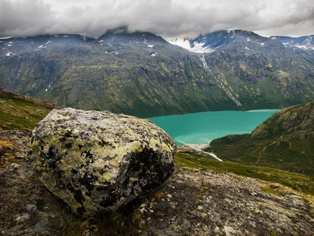 erratic: Beautiful Gjende lake from the Besseggen ridge with the erratic boulder in the front