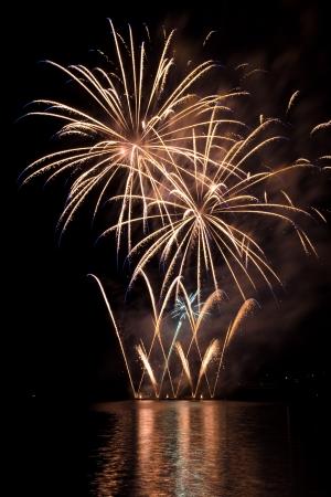 fuegos artificiales: Celebraci�n con fuegos artificiales de colores muestran