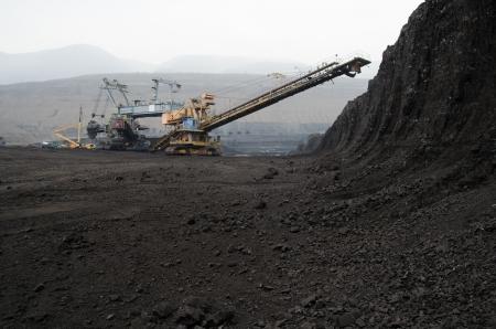 maquinaria pesada: Extracci�n de carb�n en la mina a cielo abierto con maquinaria pesada Foto de archivo