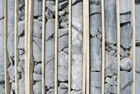 ダイヤモンド鉱石ロギングおよびサンプリングのための準備を含金の岩石コアの掘削 写真素材