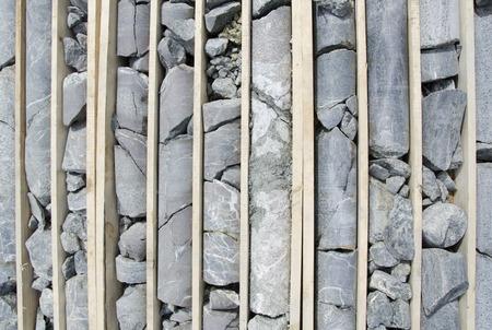 Diamond perforado núcleos de roca de mineral aurífero listos para el registro y toma de muestras Foto de archivo - 28426810