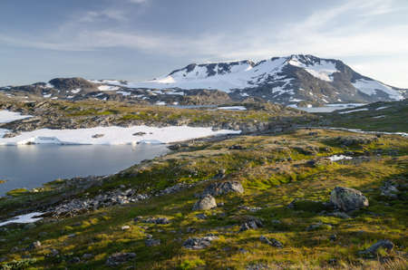 Summer scenery of mountains and lake in Jotunheimen national park, Scandinavia, Norway Standard-Bild