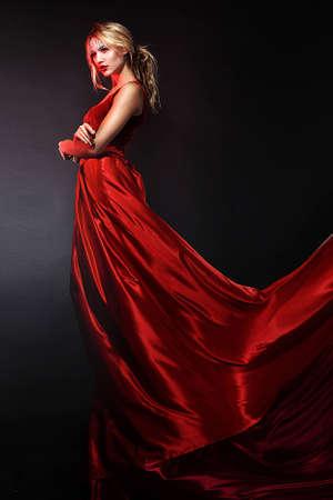 maquillaje de fantasia: Mujer belleza romántica en un elegante vestido rojo de maquillaje profesional