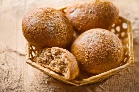 canasta de pan: Rolls en mimbre Foto de archivo