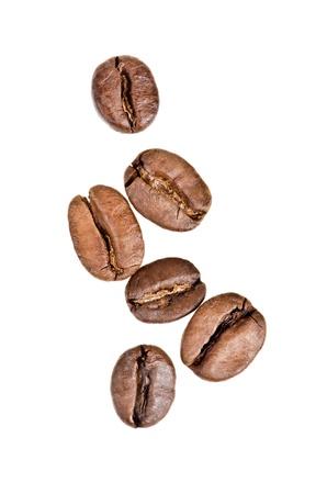 semilla de cafe: Los granos de caf? sobre fondo blanco