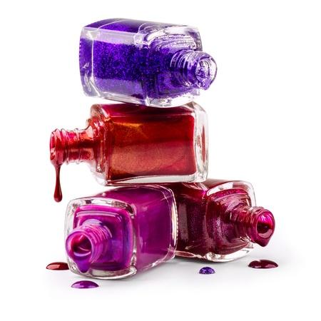 Flaschen mit verschüttetem Nagellack auf weißem Hintergrund Standard-Bild - 17658242
