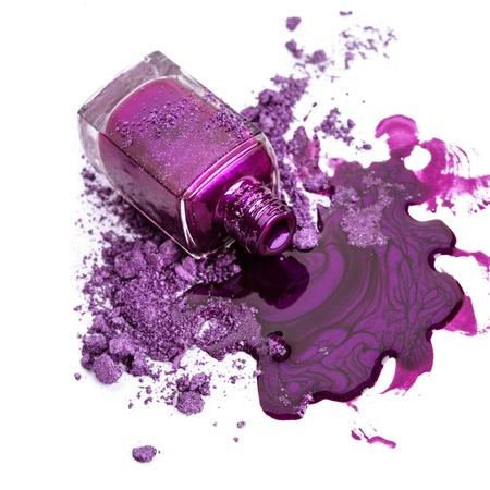 砕いたアイシャドウと紫色のマニキュア