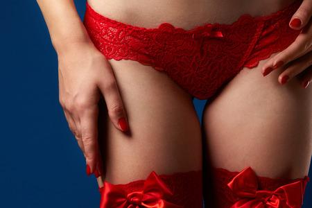 Karosserie der Frau im roten Spitze Unterwäsche auf blauem Hintergrund Standard-Bild - 32803169