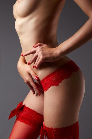 busty: El cuerpo de la mujer en ropa interior de encaje rojo sobre fondo gris