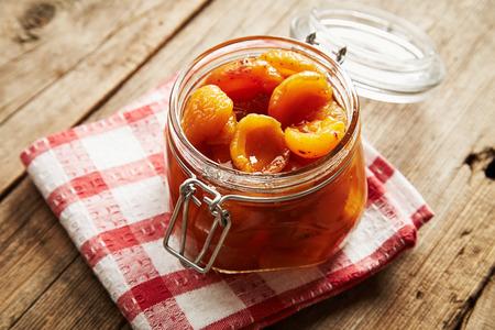marillenmarmelade: Tasty Aprikosenmarmelade auf Holzuntergrund
