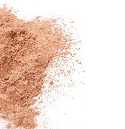 mujer maquillandose: Polvos para la cara aislada en el fondo blanco Foto de archivo