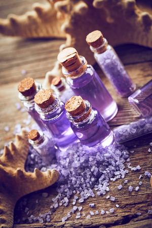 gel douche: Bouteilles avec gel douche, sel de mer et les �toiles de mer sur fond de bois