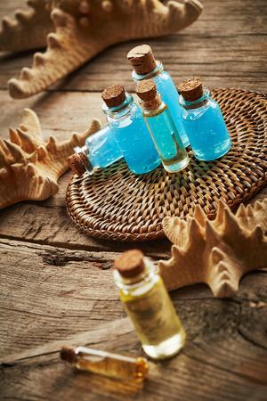 gel douche: Spa still life avec des �toiles de mer et des bouteilles de gel douche sur fond de bois