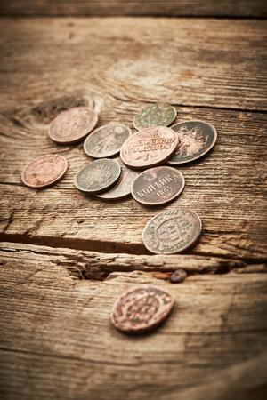 monedas antiguas: Monedas antiguas sobre fondo de madera