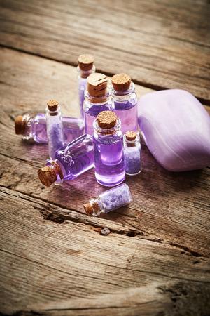 gel douche: Bouteilles avec du gel douche et du savon violet sur fond de bois